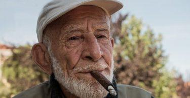anciano fumando puro
