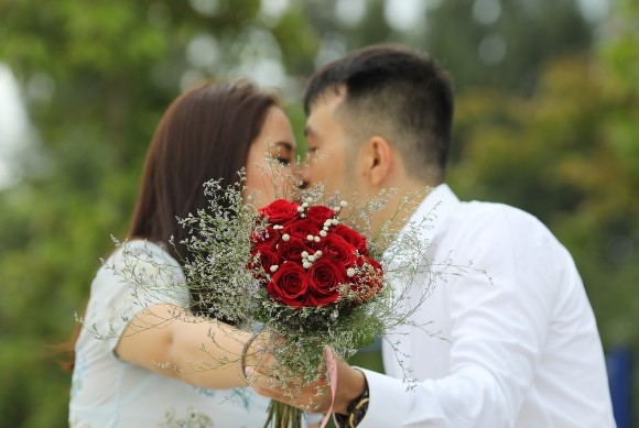 matrimonio besándose