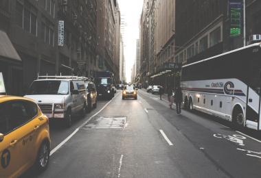 Calle con Taxi viniendo de frente
