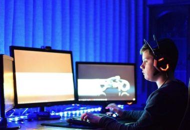niño jugando al ordenador