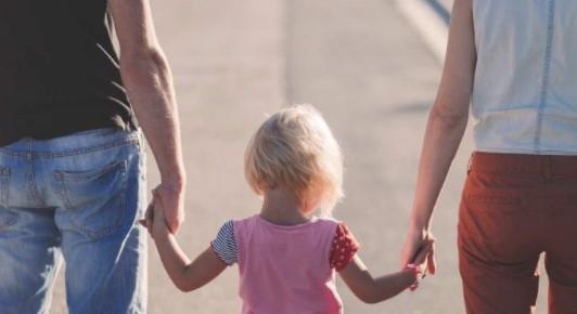 padres con niña rubia