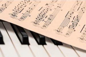 Partitura sobre piano