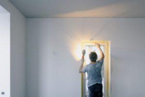 Hombre pintando la pared