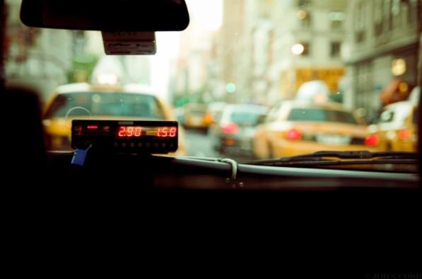 Taxi con el taximetro puesto