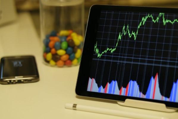 Ipad mostrando gráfico de bolsa