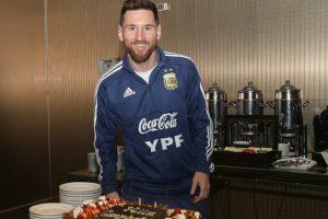 Lionel Messi recibe alerta sorpresa de cumpleaños de sus compañeros argentinos en la Copa América