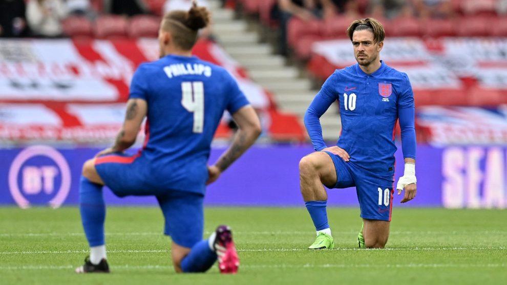 Los aficionados de Inglaterra volvieron a abuchear a sus propios jugadores por caer de rodillas antes de que comenzara el partido contra Rumanía.
