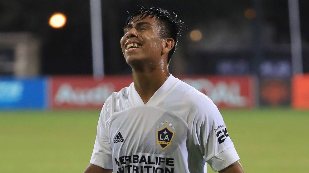 LA Galaxy firma a la estrella de México Álvarez para una extensión de contrato