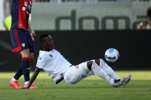 Emmanuel Gyasi marca mientras Spezia de Colley sujeta al Cagliari
