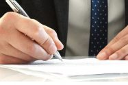 persona firmando papel